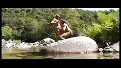 Yasmine baisee au bord de la riviere