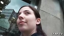 Bonne petite pipe d une jeune brunette